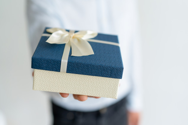 closeup-of-gift-on-male-hand_1262-14854